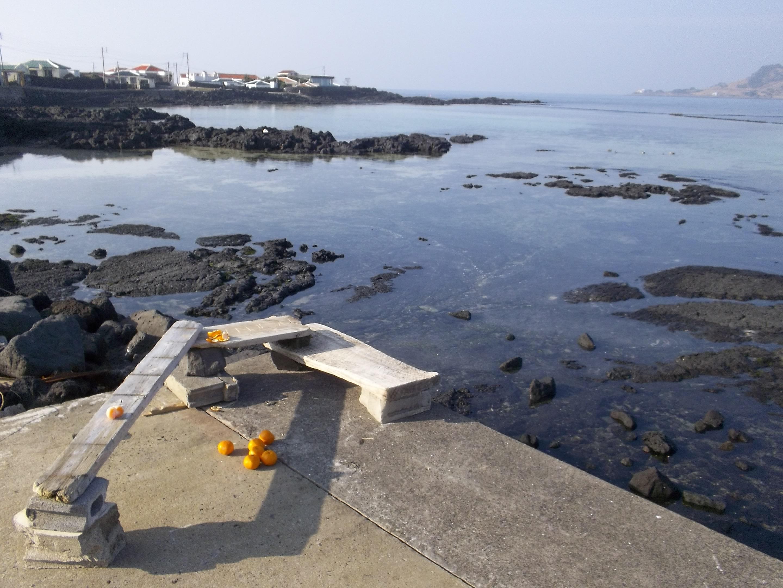 Jeju – a Vulkan – a Strand – a Bank | a Vulcan – a Beach – a Bench